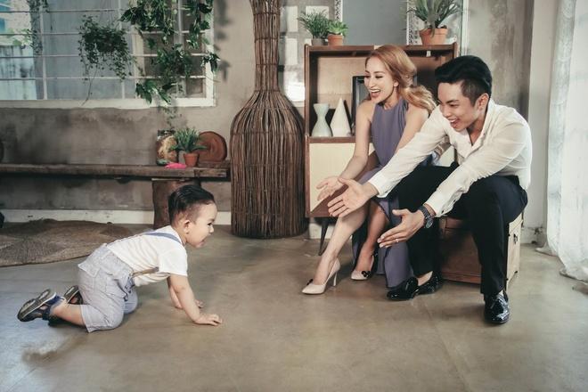 Khanh Thi - Phan Hien hanh phuc khi chup anh gia dinh anh 2