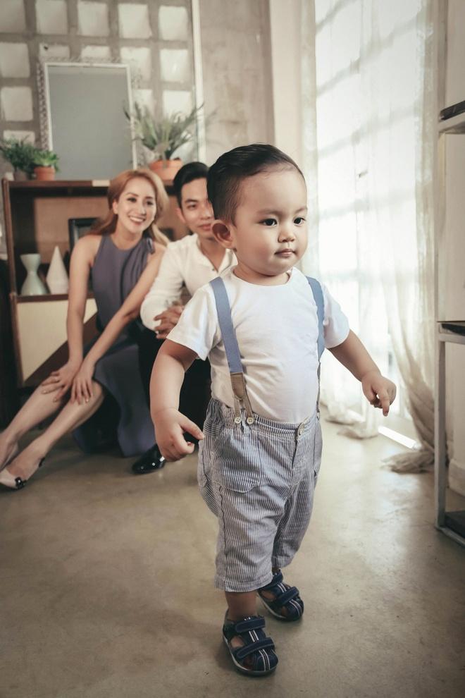 Khanh Thi - Phan Hien hanh phuc khi chup anh gia dinh anh 4