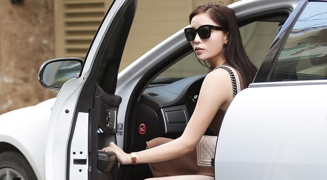 Hoa hau Ky Duyen tu lai xe di thu trang phuc hinh anh