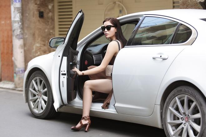 Hoa hau Ky Duyen tu lai xe di thu trang phuc hinh anh 1