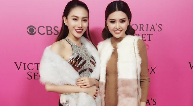 Le Ha, Ngoc Duyen vao hau truong Victoria's Secret Show hinh anh
