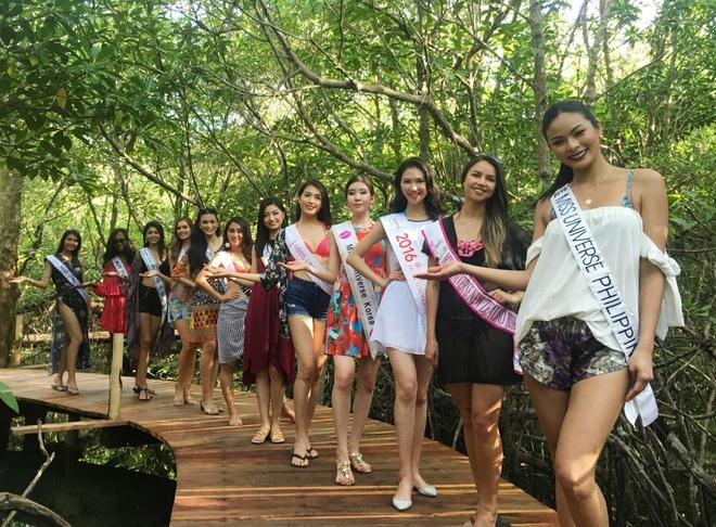 Le Hang mac goi cam giao luu cung thi sinh Miss Universe hinh anh 3