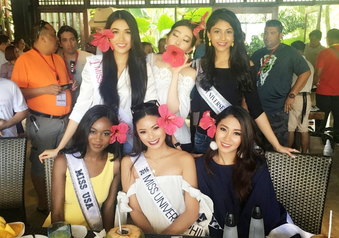 Le Hang mac goi cam giao luu cung thi sinh Miss Universe hinh anh 4