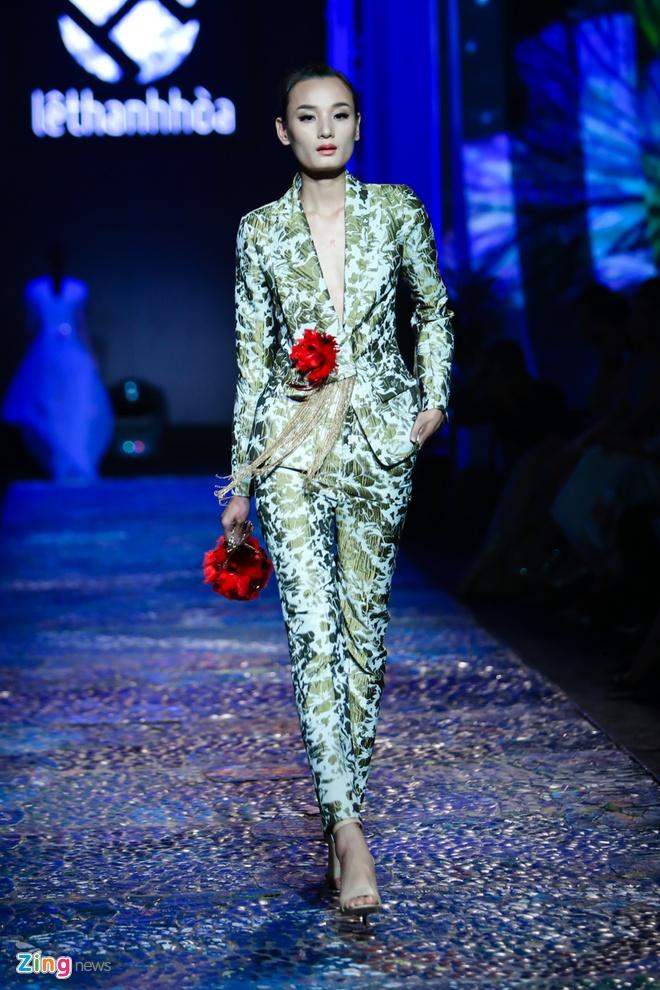 Dang Thu Thao lam nang tho catwalk an tuong hinh anh 11