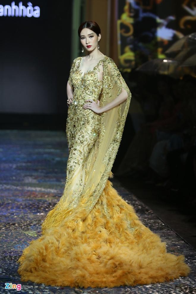 Dang Thu Thao lam nang tho catwalk an tuong hinh anh 2