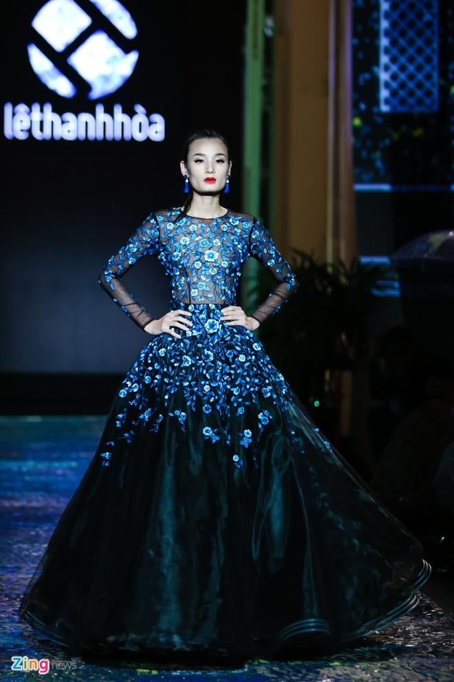 Dang Thu Thao lam nang tho catwalk an tuong hinh anh 4