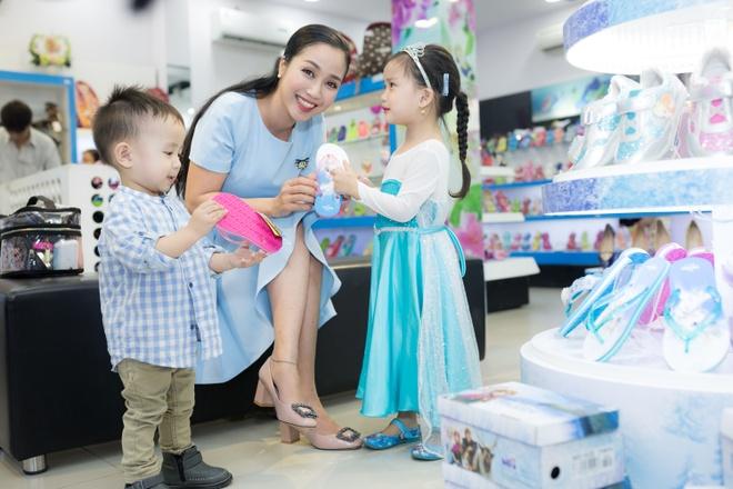 Oc Thanh Van sam qua Giang sinh cho ba con nho hinh anh 2