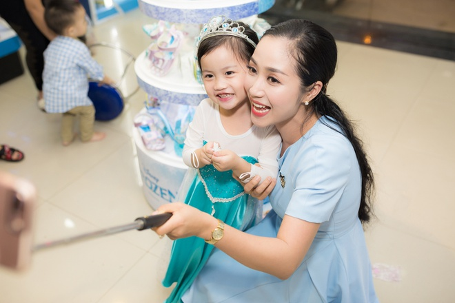 Oc Thanh Van sam qua Giang sinh cho ba con nho hinh anh 6