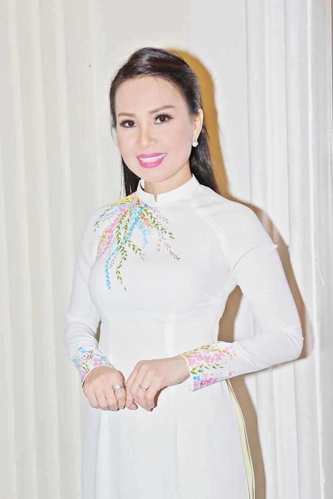 Angela Phuong Trinh khoe lung tran tren tham do hinh anh 7