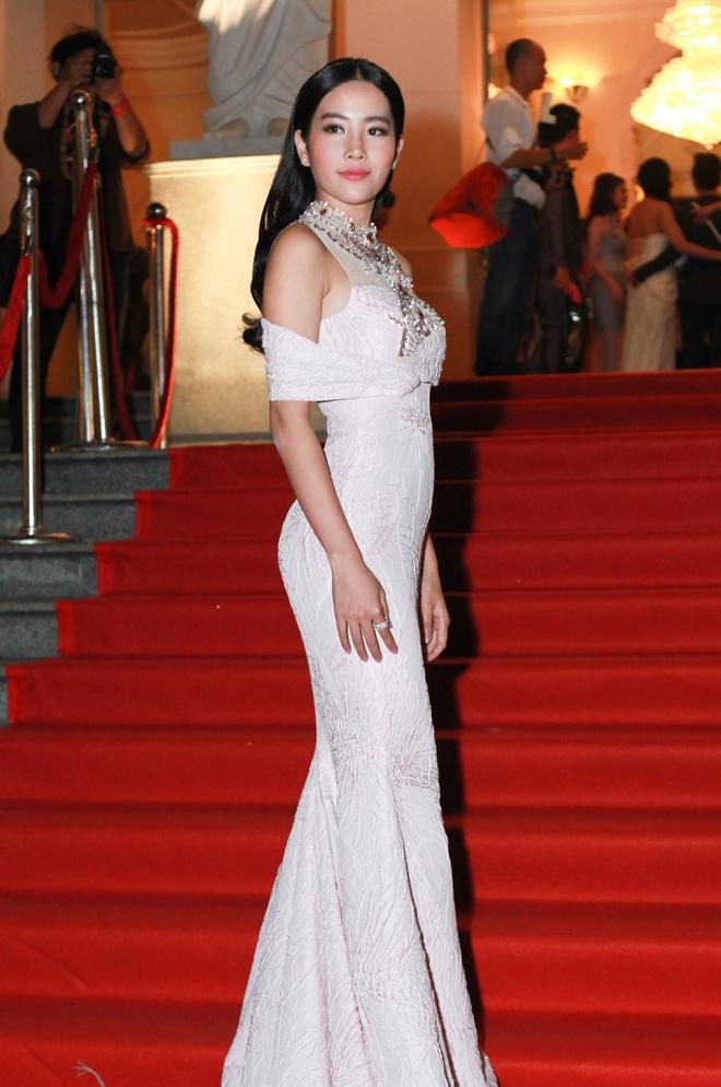 Angela Phuong Trinh khoe lung tran tren tham do hinh anh 12