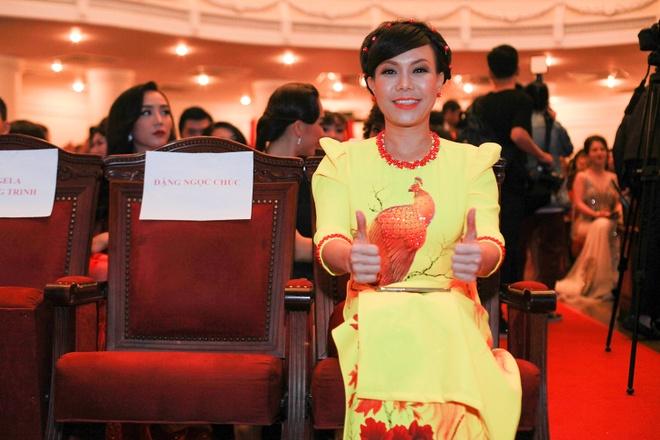 Angela Phuong Trinh khoe lung tran tren tham do hinh anh 10