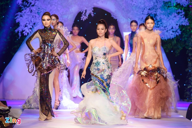 Thu Minh catwalk tren san dien anh 3