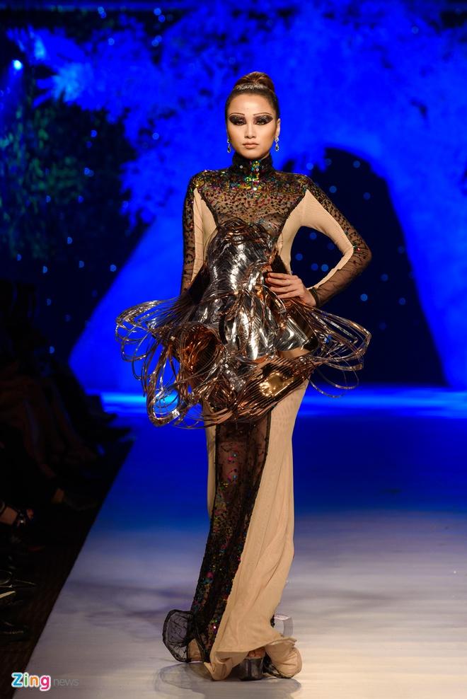 Thu Minh catwalk tren san dien anh 5