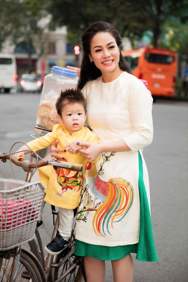 Nhat Kim Anh va con trai dien trang phuc doi dao pho hinh anh 4
