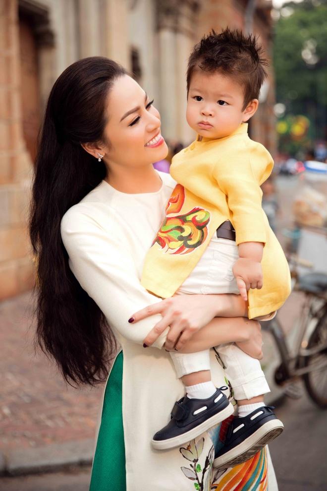 Nhat Kim Anh va con trai dien trang phuc doi dao pho hinh anh 5
