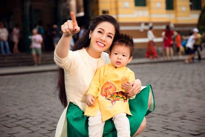 Nhat Kim Anh va con trai dien trang phuc doi dao pho hinh anh 6
