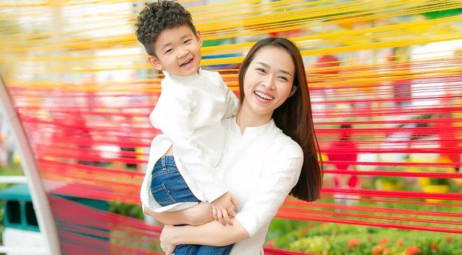 Diep Bao Ngoc cung con trai dien ao dai doi dao pho xuan hinh anh