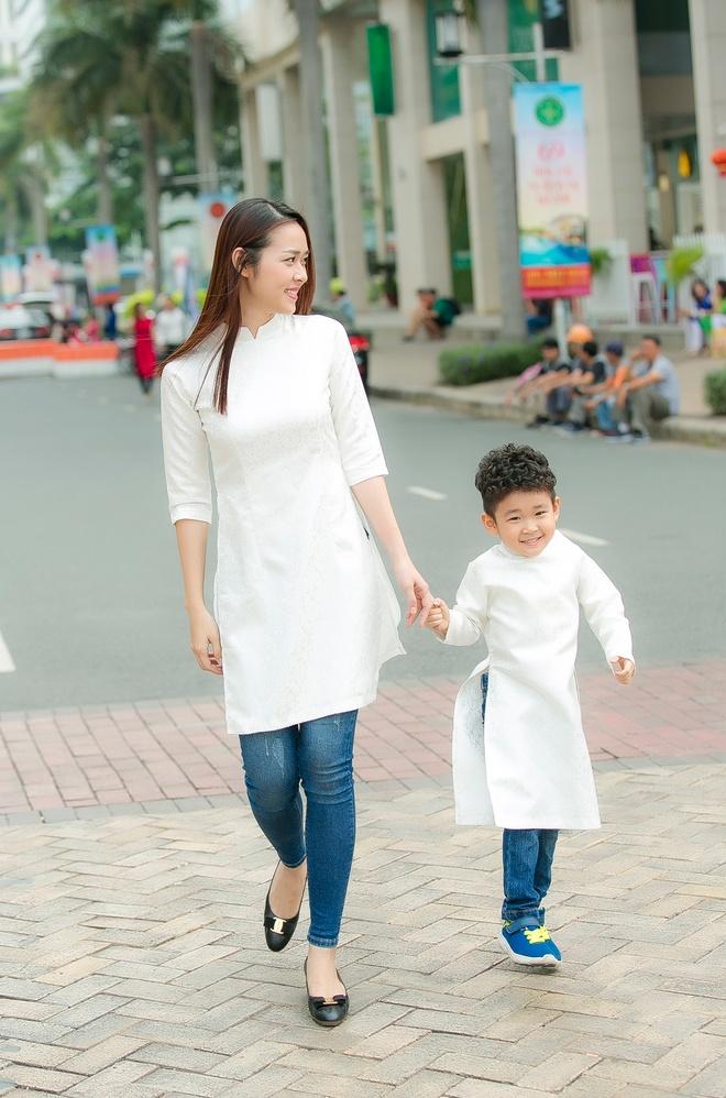 Diep Bao Ngoc cung con trai dien ao dai doi dao pho xuan hinh anh 1