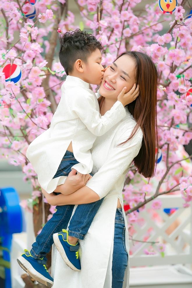Diep Bao Ngoc cung con trai dien ao dai doi dao pho xuan hinh anh 2