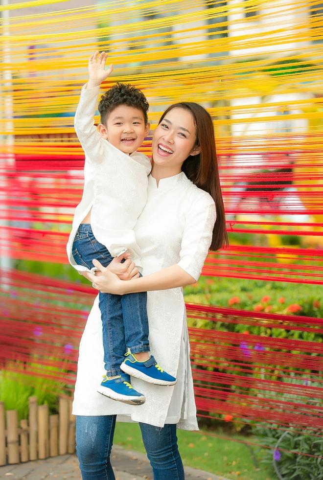 Diep Bao Ngoc cung con trai dien ao dai doi dao pho xuan hinh anh 3