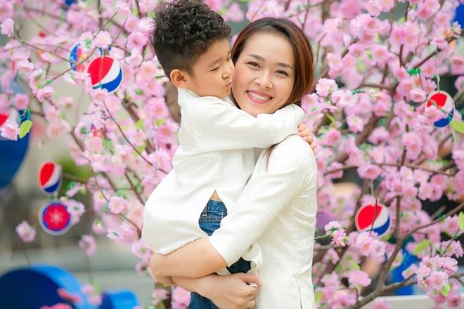 Diep Bao Ngoc cung con trai dien ao dai doi dao pho xuan hinh anh 4