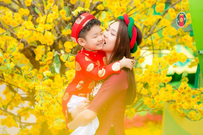 Diep Bao Ngoc cung con trai dien ao dai doi dao pho xuan hinh anh 6