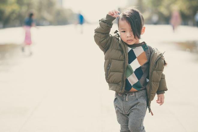 Con trai nuoi cua Do Manh Cuong dien dep xuong pho hinh anh 4