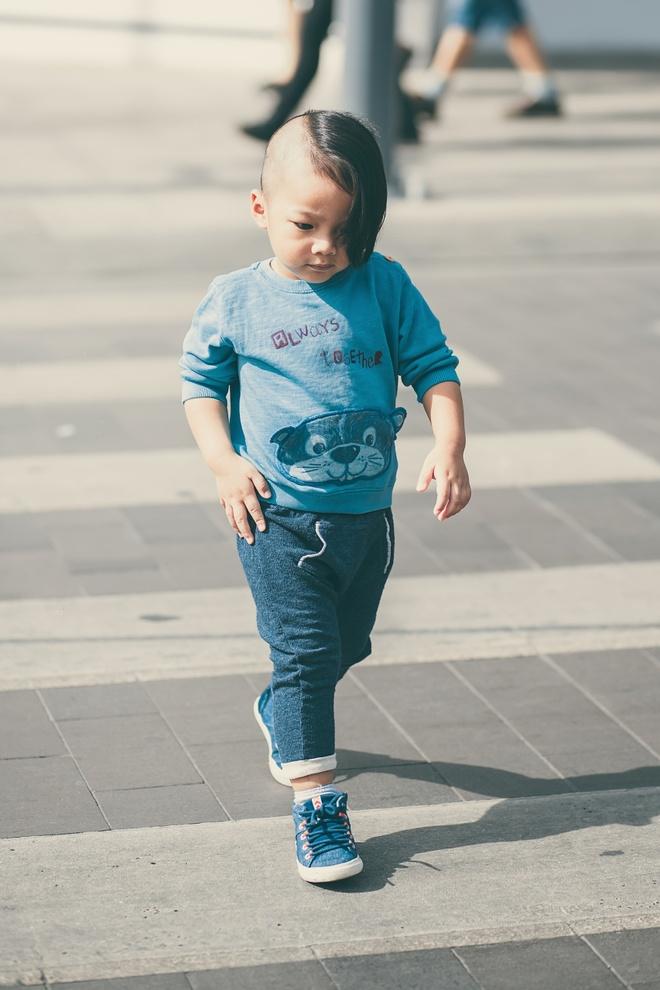 Con trai nuoi cua Do Manh Cuong dien dep xuong pho hinh anh 8