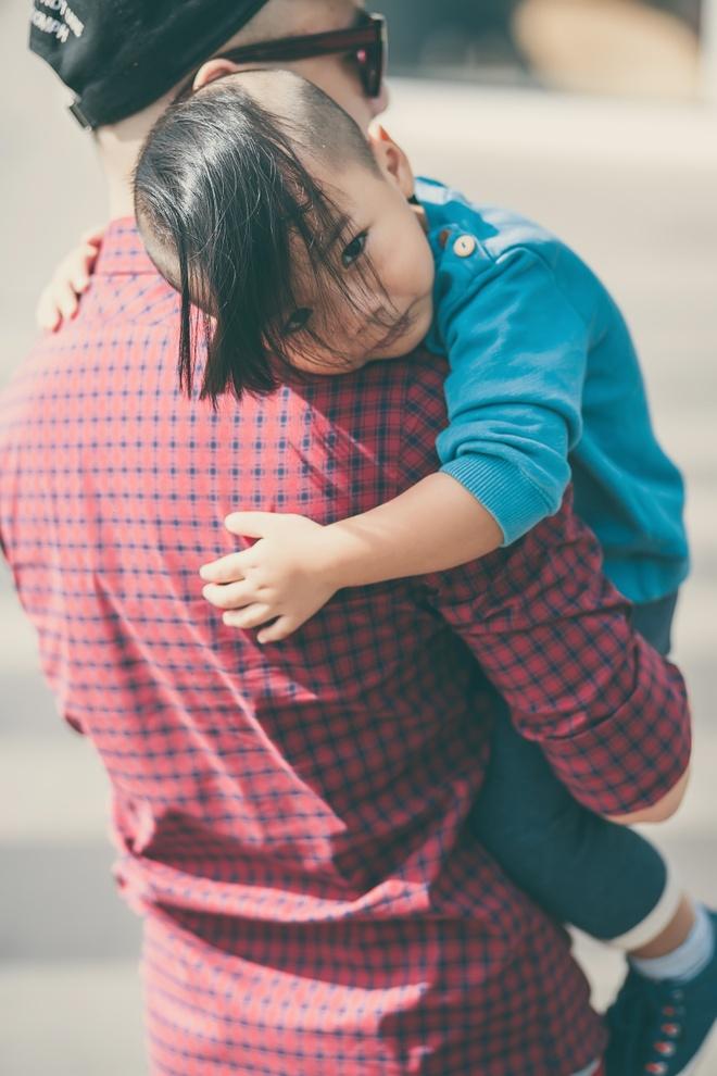 Con trai nuoi cua Do Manh Cuong dien dep xuong pho hinh anh 9