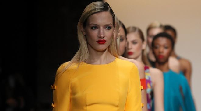 Nha thiet ke Viet trinh lang BST moi o New York Fashion Week hinh anh