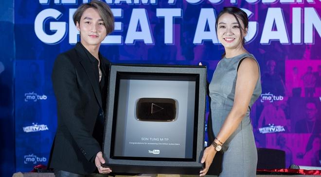 Son Tung M-TP hanh dien nhan nut vang cua YouTube hinh anh