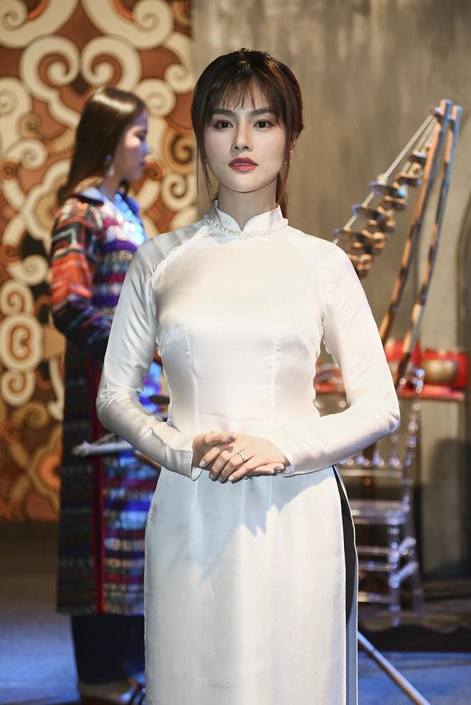 Vu Thu Phuong nen na voi ao dai hinh anh 4