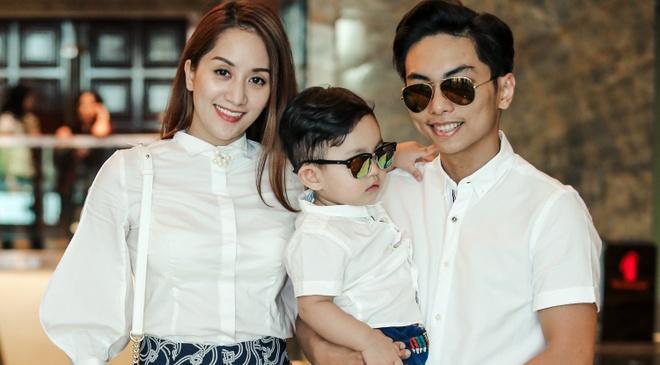 Vo chong Khanh Thi - Phan Hien dua con trai di su kien hinh anh
