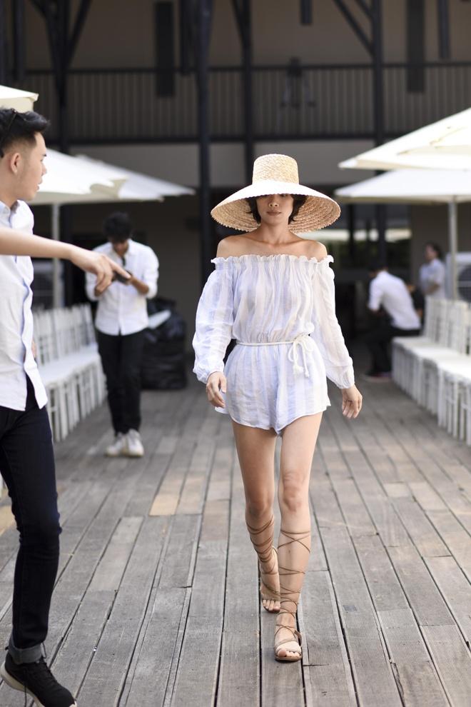 Lan Khue va dan mau mac sanh dieu tap catwalk hinh anh 7