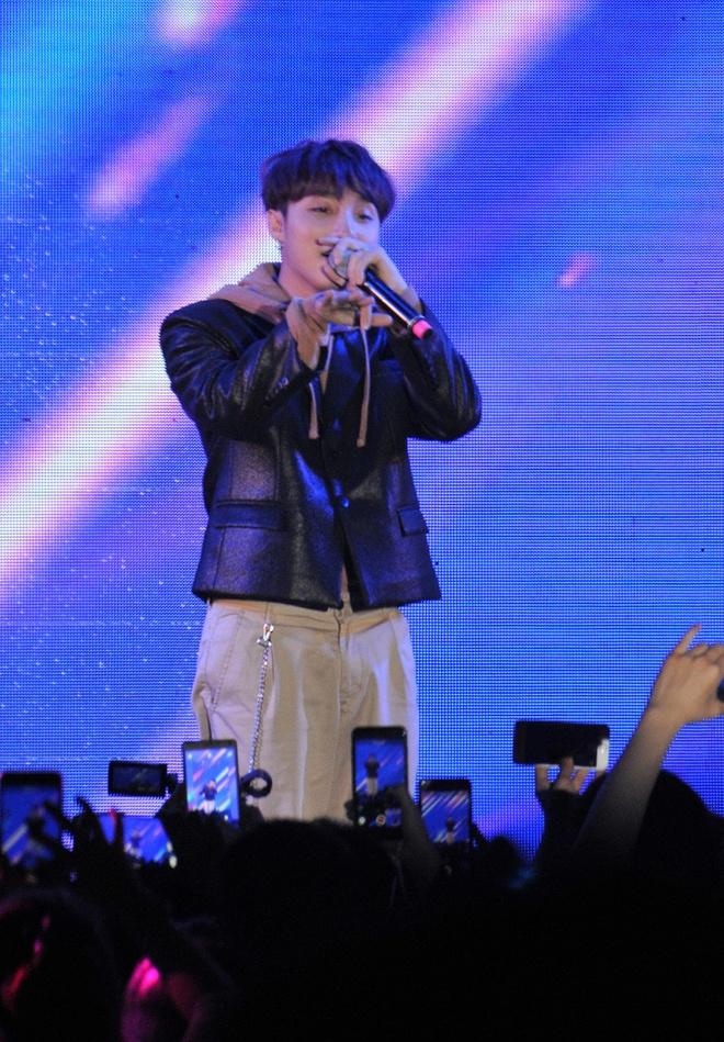 Sau buoi fansign Son Tung 'len dong' voi fan Ha Noi anh 2