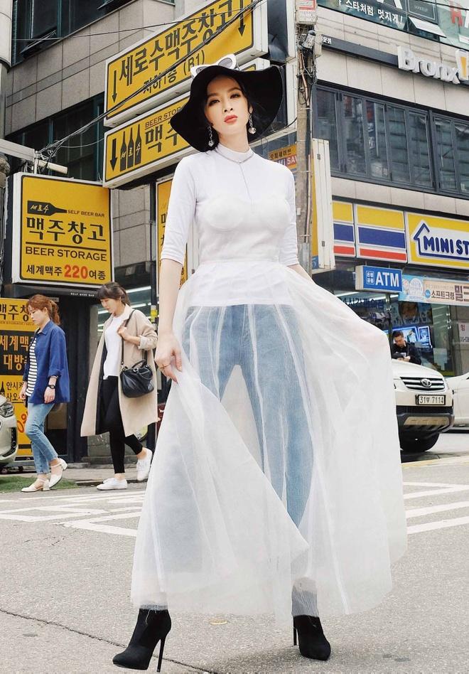 Angela Phuong Trinh sanh dieu tren duong pho Han Quoc hinh anh 7