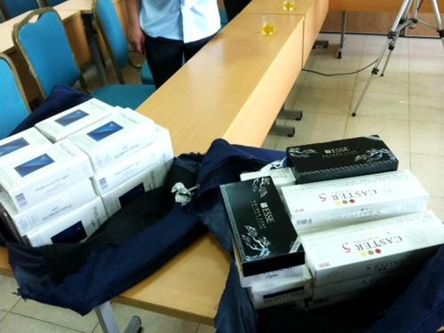 Ky thuat vien may bay xuong lam tho dien vi buon thuoc la hinh anh 1 Số thuốc lá mà tiếp viên VNA xách về từ Hàn Quốc đã bị lực lượng chức năng tiêu hủy ngày 28/8