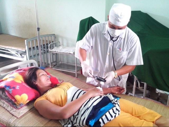 Y sĩ Lê Văn Liêm đang thăm khám vết rắn cắn