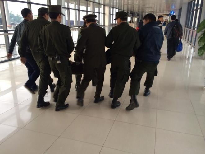 Nam thanh nien gay nao loan san bay Noi Bai hinh anh 2 Lực lương an ninh huy động gần chục người để