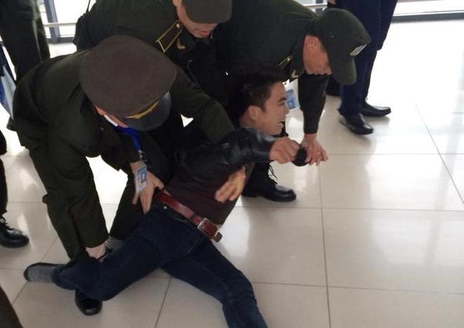 Nam thanh nien gay nao loan san bay Noi Bai hinh anh 1 Các nhân chứng cho hay, lúc xảy ra sự việc thanh niên này gào thét rất to - ảnh: Autofun