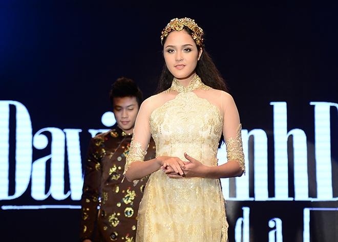 A hau Hoang Anh long lay dien vay cuoi tren san khau hinh anh