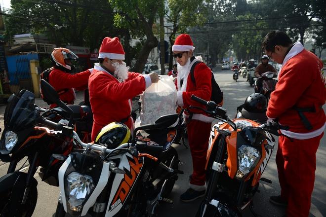 Ong gia Noel cuoi moto 600 trieu giua Ha Noi hinh anh 2