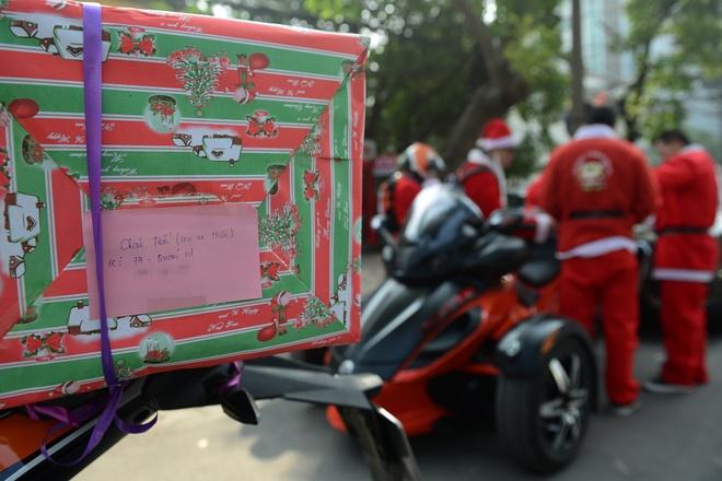 Ong gia Noel cuoi moto 600 trieu giua Ha Noi hinh anh 3