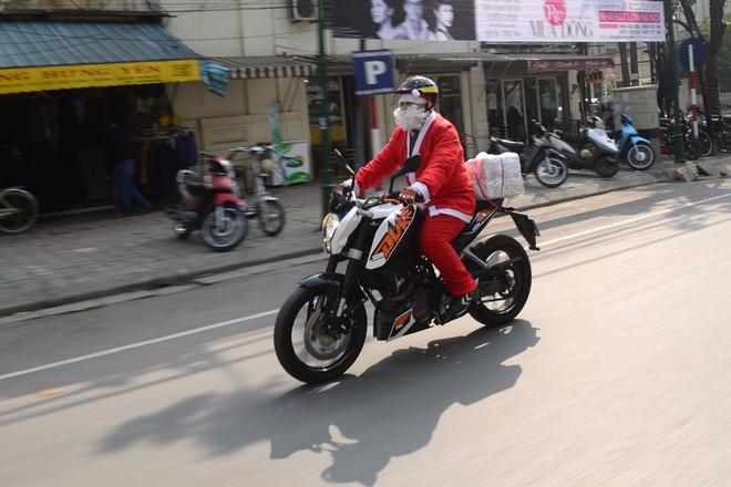 Ong gia Noel cuoi moto 600 trieu giua Ha Noi hinh anh 4