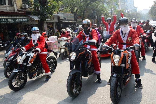 Ong gia Noel cuoi moto 600 trieu giua Ha Noi hinh anh 6