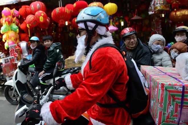 Ong gia Noel cuoi moto 600 trieu giua Ha Noi hinh anh 7