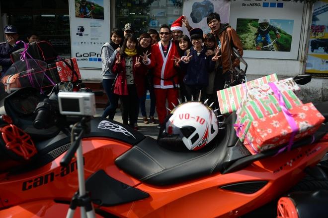 Ong gia Noel cuoi moto 600 trieu giua Ha Noi hinh anh 10