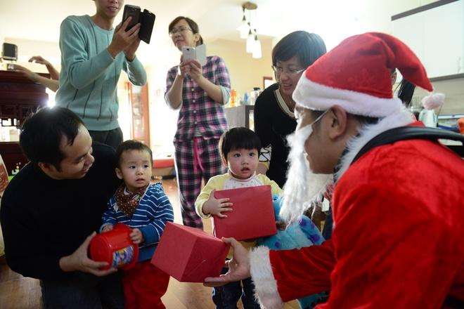Ong gia Noel cuoi moto 600 trieu giua Ha Noi hinh anh 13