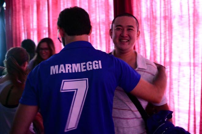 Nguoi Y an mung chien thang truoc doi tuyen Anh tai Ha Noi hinh anh 14 Cổ động viên người Ý chia vui cùng các cổ động viên người Việt Nam.