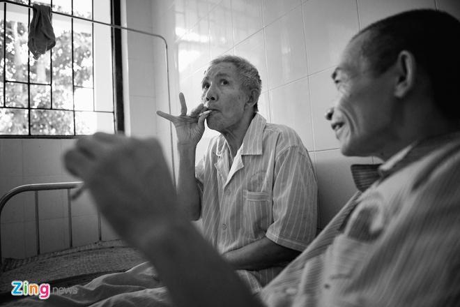 Nhung nguoi linh van chien dau 40 nam sau chien tranh hinh anh 9 Có những trường hợp đặc biệt như ông Nguyễn Xuân Tái ( 64 tuổi, quê ở Đồng Hoá, Hà Nam) bị tổn thương sọ não dẫn tới mất hoàn toàn trí nhớ, không biết mình là ai, tên gì , không có người thân, chỉ có duy nhất ông Vũ Đức Luyện cùng phòng bầu bạn tâm sự và chăm sóc suốt thời gian ông điều trị tại đây.